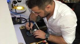 Sătul de şefi iresponsabili, un tânăr informatician din Timişoara a deschis un magazin de reparat telefoane unic în vestul ţării