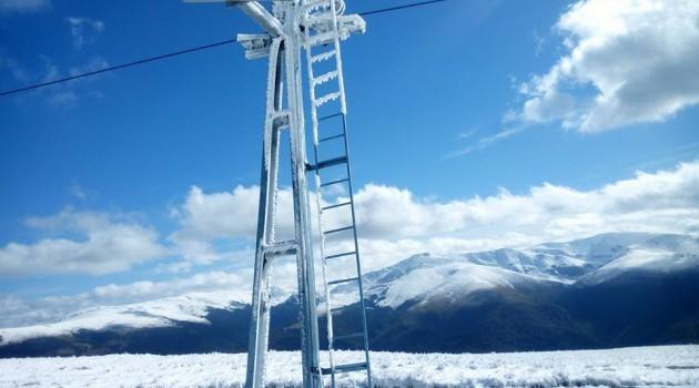 Cod portocaliu de vânt puternic, în stațiunile montane din Caraș-Severin: vizibilitatea este sub 50 de metri