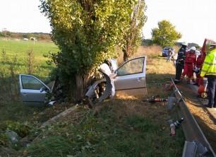 Accident cumplit: un bărbat din Timiș a MURIT, după ce a intrat cu mașina într-un pom FOTO